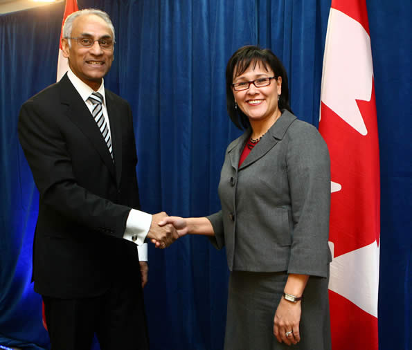 The Honourable Leona Aglukkaq, Minister of Health, shakes hands with Richard Alvarez, President and CEO, Canada Health Infoway
