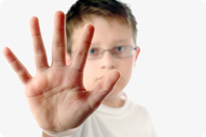 Child motionning with hand to stop